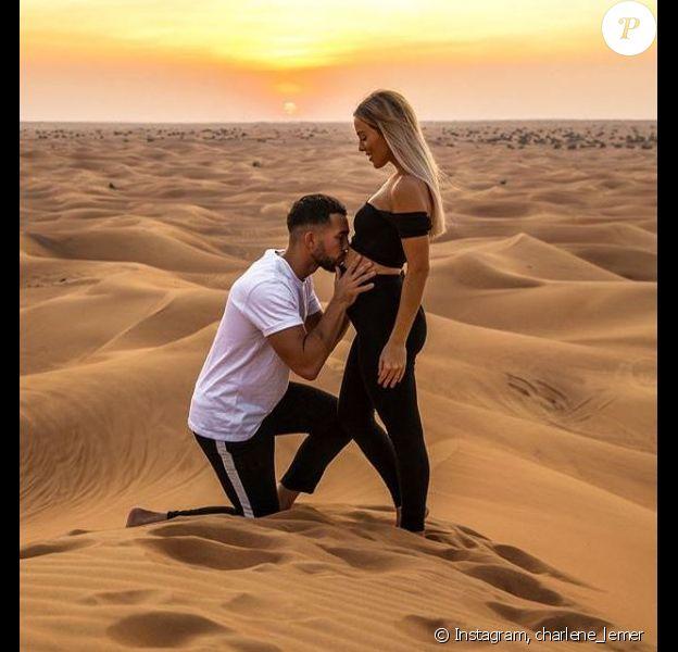 """Charlène de """"Secret Story"""" enceinte, pose dans un désert de Dubaï avec Benoit, le 4 décembre 2019"""