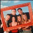 """Matthew Perry, Jennifer Aniston, David Schwimmer, Lisa Kudrow, Courteney Cox et Matt LeBlanc, photo de promotion pour la série """"Friends""""."""