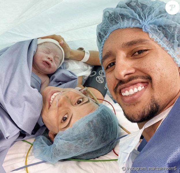 Marquinhos avec sa femme Carol Cabrino et leur fils Enrico juste après la césarienne. Instagram le 7 décembre 2019.