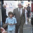 Le père de Jean, au mariage d'Alexandra Lamy et de son fils, le 25 juillet 2009. Il est avec l'un des deux fils de Jean Dujardin.