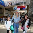 Laeticia Hallyday et ses filles Jade et Joy arrivent à l'aéroport de LAX à Los Angeles pour prendre un vol pour la France le 13 juin 2019.