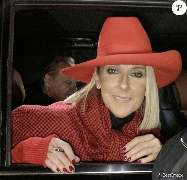 Exclusif - Celine Dion salue ses fans à la fenêtre du véhicule qui la transporte dans les rues de Toronto au Canada, 9 décembre 2019.