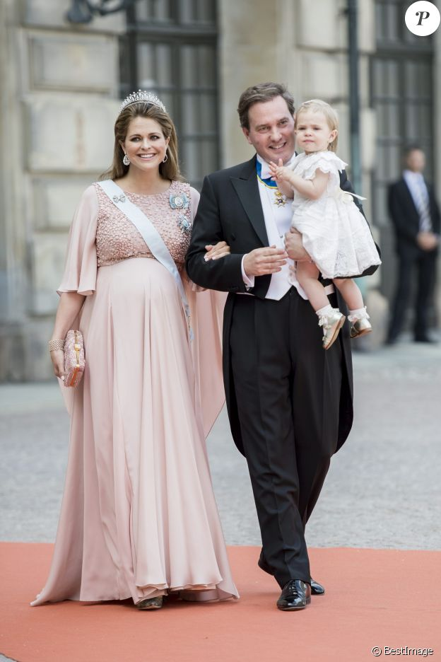 La princesse Madeleine de Suède, enceinte, son mari Christopher (Chris) O'Neill et leur fille la princesse Leonore de Suède - Arrivées au mariage du prince Carl Philip de Suède et Sofia Hellqvist à la chapelle du palais royal à Stockholm. Le 13 juin 2015