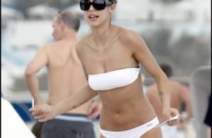 Découvrez Elisabetta Canalis, la nouvelle compagne de George Clooney... à la plage en mini-maillot !