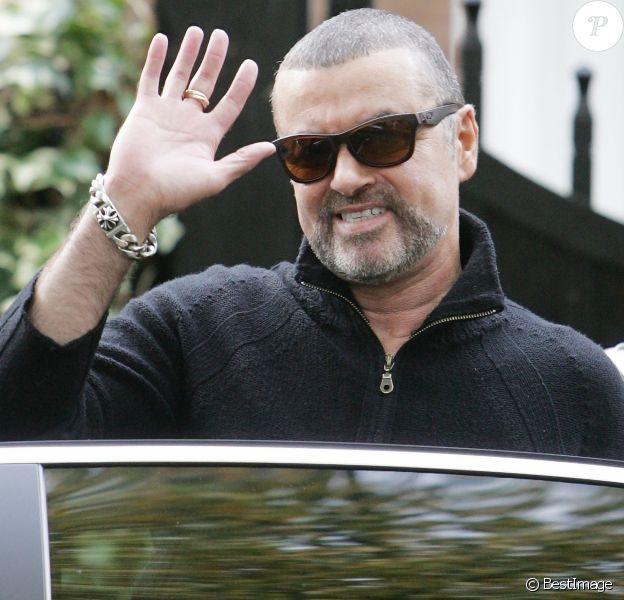 Le chanteur George Michael quitte son domicile à Londres le 17 octobre 2012