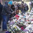 Exclusif - Les fans continuent à déposer des fleurs devant le domicile du chanteur George Michael, décédé le 25 décembre dernier à Goring sur le bord de la Tamise au Royaume-Uni le 2 février 2017.