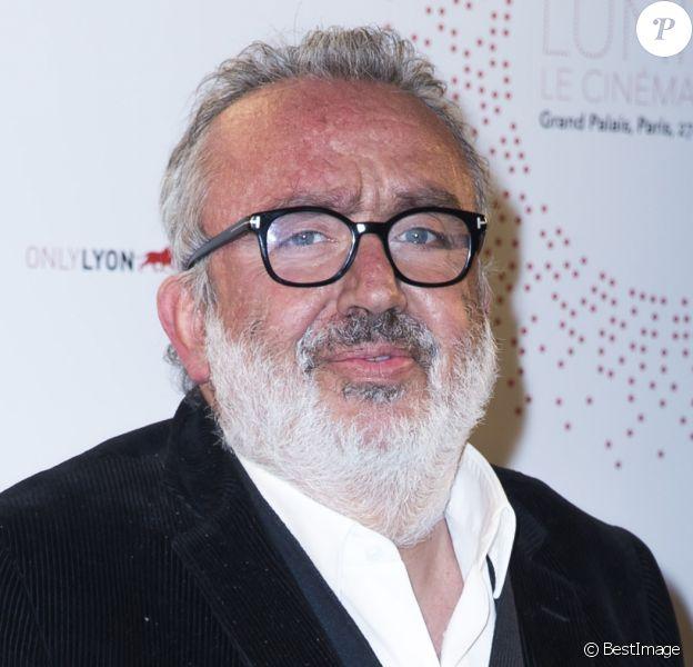 """Dominique Farrugia (béquilles) - Inauguration de l'exposition """"Lumière! Le cinéma inventé!"""" au Grand Palais à Paris, le 26 mars 2015."""