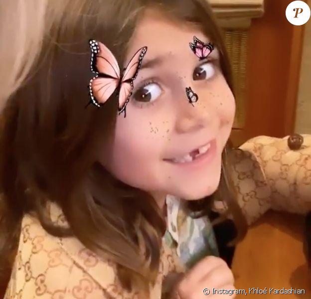 Khloé Kardashian filme sa nièce Penelope Disick, la fille de Kourtney Kardashian et Scott Disick, lors d'un dîner en famille au restaurant Nobu. Malibu, le 9 janvier 2020.