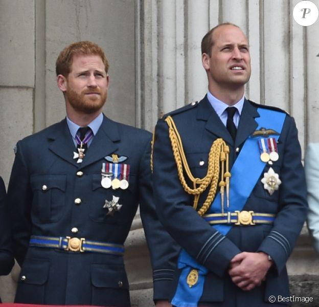 Le prince Edward, comte de Wessex, la comtesse Sophie de Wessex, le prince Charles, Camilla Parker Bowles, duchesse de Cornouailles, la reine Elisabeth II d'Angleterre, Meghan Markle, duchesse de Sussex, le prince Harry, duc de Sussex, le prince William, duc de Cambridge, Kate Catherine Middleton, duchesse de Cambridge - La famille royale d'Angleterre lors de la parade aérienne de la RAF pour le centième anniversaire au palais de Buckingham à Londres. Le 10 juillet 2018