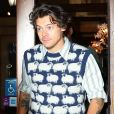 Harry Styles porte un pull avec des moutons tricotés à la sortie d'un immeuble à New York, le 12 novembre 2019.