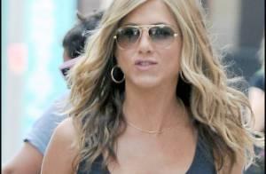 La très jolie Jennifer Aniston... décolletée en haut et très courte en bas ! Whaou !
