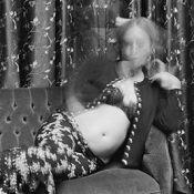 Chloë Sevigny, enceinte : en bikini à la plage, elle dévoile son ventre rond