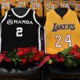 Les maillots de Gianna Bryant et Kobe Bryant lors de la soirée commémorative organisée au Staples Center de Los Angeles le 31 janvier 2020.