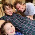 Milla Jovovich, enceinte, son mari Paul W.S. Anderson et leur fille Dashiel Edan. Décembre 2019.
