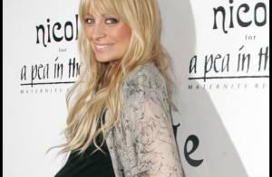 Nicole Richie, en courte robe noire, est une jeune femme enceinte très sexy... et une businesswoman jusqu'au bout !