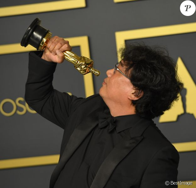 "Le réalisateur Bong Joon-ho, lauréat du prix du scénario original, du long métrage international, de la réalisation et du meilleur film pour ""Parasite"" au photocall de la Press Room de la 92ème cérémonie des Oscars 2019 au Hollywood and Highland à Los Angeles, Californie, Etats-Unis, le 9 février 2020."