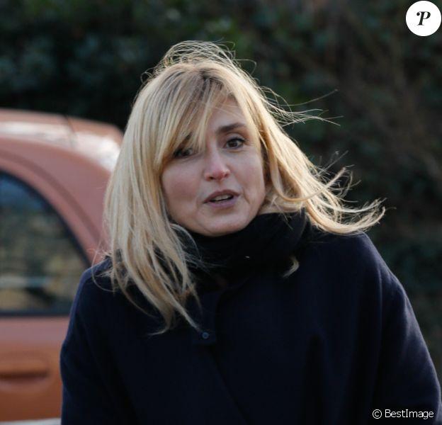 Exclusif - Julie Gayet - Sorties des obsèques de David Kessler au cimetière du Montparnasse à Paris le 11 février 2020.