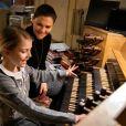 La princesse Estelle de Suède a pu s'initier à l'orgue le 17 février 2020, lors d'une visite à la cathédrale de Stockholm. © Sara Friberg / Cour royale de Suède