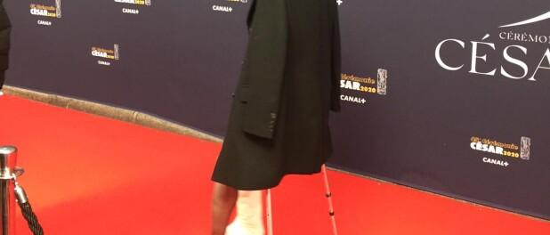 Charlotte Gainsbourg débarque en béquilles aux César...