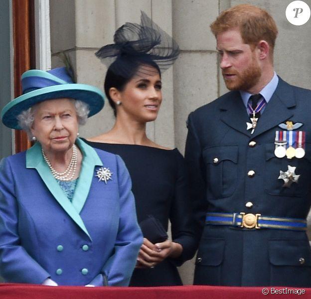 La reine Elisabeth II d'Angleterre, Meghan Markle, duchesse de Sussex (habillée en Dior Haute Couture par Maria Grazia Chiuri), le prince Harry, duc de Sussex - La famille royale d'Angleterre lors de la parade aérienne de la RAF pour le centième anniversaire au palais de Buckingham à Londres. Le 10 juillet 2018.