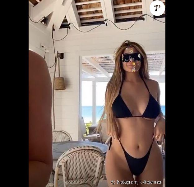 Kylie Jenner s'exhibe en bikini lors de vacances entre filles aux Bahamas. 29 février 2020.