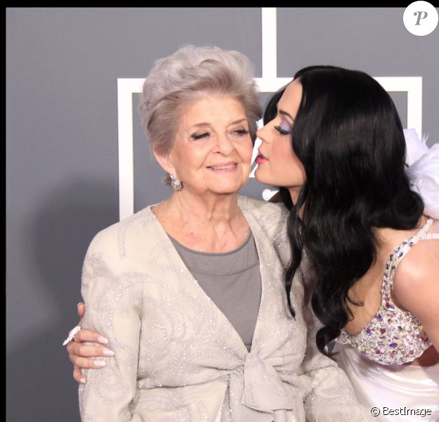 Katy Perry et sa grand-mère aux Grammy Awards, le 13 février 2011 à Los Angeles.