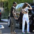 Kendall Jenner porte un jean taille haute blanc, un sac Louis Vuitton et un crop top sans soutien gorge à la sortie du restaurant Croft Alley dans le quartier de West Hollywood à Los Angeles, le 11 mars 2020.
