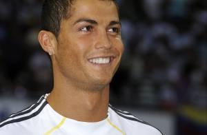 Cristiano Ronaldo en mode torse nu.... c'est super caliente ! Regardez !