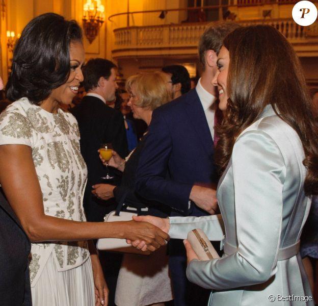 Michelle Obama et Kate Middleton, duchesse de Cambridge au palais de Buckingham avant l'ouverture des Jeux Olympiques de Londres en juillet 2012.