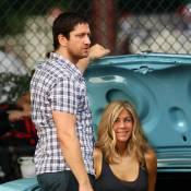 Jennifer Aniston : le beau Gerard Butler l'empoigne virilement... et la couche dans son coffre ! C'est chaud !