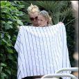 Britney Spears et ses deux adorables Sean Preston et Jayden James profitent du beau temps californien, au bord de la piscine du Ritz Carlton. Août 2009