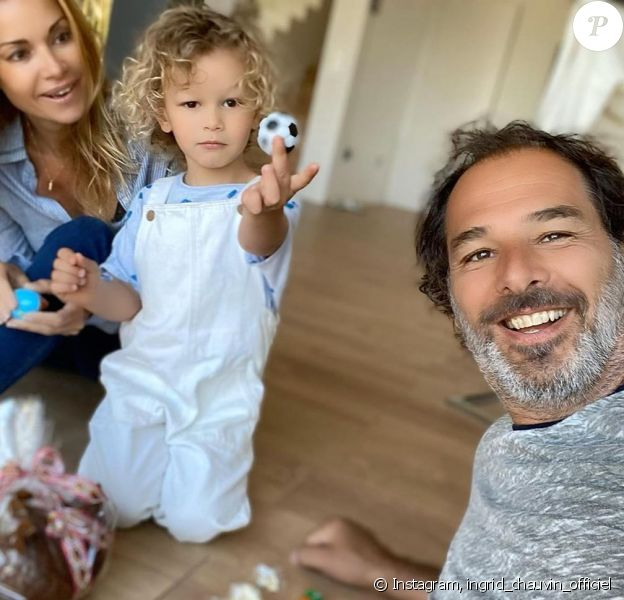 Ingrid Chauvin avec son fils Tom et son mari Thierry Peythieu, pour Pâques. Instagram, le 12 avril 2020.