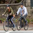 Exclusif - Chris Pratt et sa femme Katherine Schwarzenegger font du vélo en amoureux dans le quartier de Piedmont Park à Atlanta, le 22 novembre 2019.