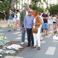 Exclusif - Gilbert Montagné et sa femme Nikole ont fait un arrêt juste à la sortie de l'avion au mémorial des victimes du 14 juillet sur la Promenade des Anglais au kiosque Albert 1er. Une visite de recueillement assez courte juste avant son concert du soir à Nice le 22 juillet 2016.