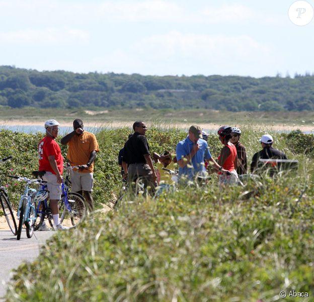 Barack Obama, son épouse Michelle et leurs filles Malia et Sasha sur l'île de Martha's Vineyard aux Etats-Unis, en vacances. Ils visitent un phare et s'offrent une balade à vélo