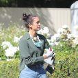 Exclusif - Nina Dobrev arrive à une fête privée dans le quartier de Santa Monica pendant l'épidémie de coronavirus (COVID-19) à Los Angeles. Elle porte un masque de protection autour du cou et des gants en chirurgicaux! Le 2 mai 2020