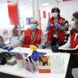 La reine Letizia d'Espagne était en visite dans les locaux d'une antenne de la Croix-Rouge espagnole dans le nord de Madrid le 11 mai 2020.