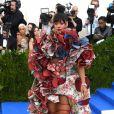 """Rihanna, habillée d'une robe Comme des Garçons (collection automne 2016) et de sandales Dsquared² - Met Gala 2017, exposition """"Rei Kawakubo/Comme des Garçons: Art Of The In-Between"""" au Metropolitan Museum of Art. New York, le 1er mai 2017."""