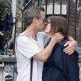 Exclusif - Carice Van Houten, enceinte et son compagnon Guy Pearce vont en rendez-vous dans une clinique spécialisée en gymnastique médicale (Mensendieck) à Amsterdam, le 29 juillet 2016.