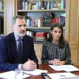 Le roi Felipe VI et la reine Letizia d'Espagne participent à une vidéoconférence avec le groupe Carrefour et sa fondation au Palais de la Zarzuela le 26 mai 2020 à Madrid.