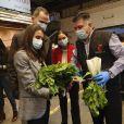 Le roi Felipe d'Espagne et la reine Letizia visitent Mercamadrid, le plus grand marché d'Espagne pendant l'épidémie de coronavirus (COVID-19) le 21 mai 2020.