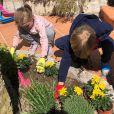 Le prince Jacques et la princesse Gabriella de Monaco jardinant sur le domaine de Roc Agel, photo partagée le 10 avril 2020 sur le compte Instagram de la princesse Charlene de Monaco.