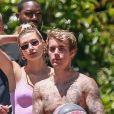 """Justin Bieber, torse nu, joue au basket avec ses gardes du corps tandis que sa femme Hailey Baldwin-Bieber revient à la maison avec des boissons à Beverly Hills, le 25 mai 2020, jour du """"Memorial Day"""" aux Etats-Unis."""