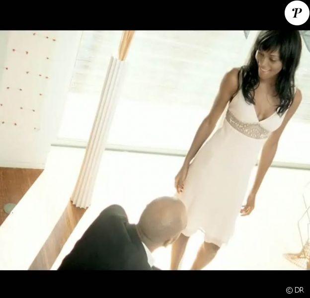 Saya dans le clip de Tu aimeras, extrait de l'album Comme Une Femme