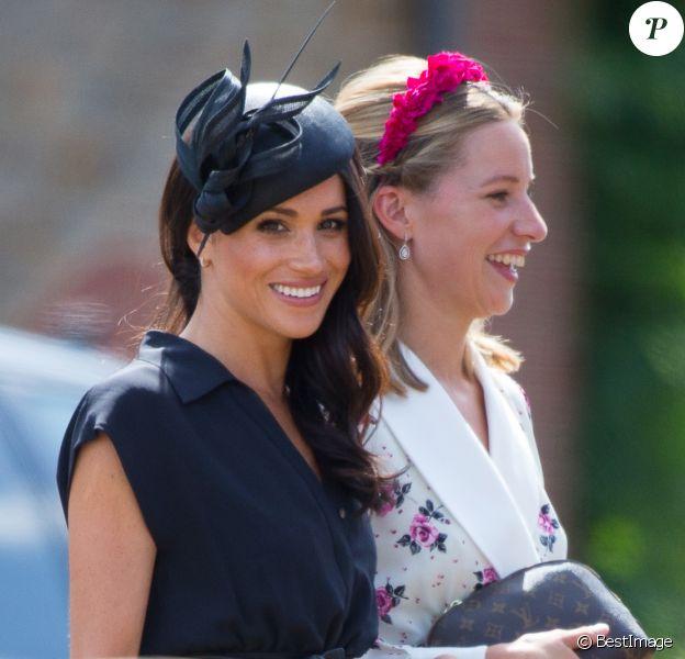 Le prince Harry, duc de Sussex, et Meghan Markle, duchesse de Sussex, au mariage de Charlie Van Straubanzee et Daisy Jenkins en l'église Saint-Marie-La-Vierge à Frensham, le 4 août 2018.