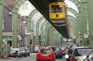 Admirez le métro volant ! Qui vient d'ailleurs d'avoir un accident !