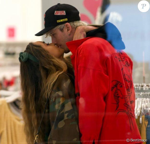 Exclusif - Après des semaines de rumeur de rapprochement, Machine Gun Kelly, 29 ans, et le mannequin Sommer Ray, 23 ans, ont été vus en train de s'embrasser alors qu'ils faisaient du shopping dans un centre commercial à Los Angeles, le 16 mars 2020. Il y a quelques semaines, Sommer Ray avait assisté au concert du célèbre rappeur.