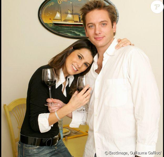 Karine Ferri en collants résilles, jupe en jean et pull-chemise auprès de Steven Jaufrineau, le Bachelor en 2004.