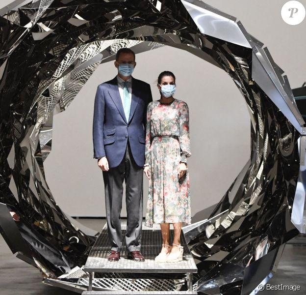 """Le roi Felipe VI et la reine Letizia d'Espagne en visite à Bilbao au Pays basque le 17 juillet 2020 dans le cadre de leur tournée nationale post-confinement, où ils ont visité successivement le Musée Guggenheim (ici, dans le tunnel """"Your spiral view"""" de l'expo Olafur Eliasson) et le Musée des beaux-arts."""