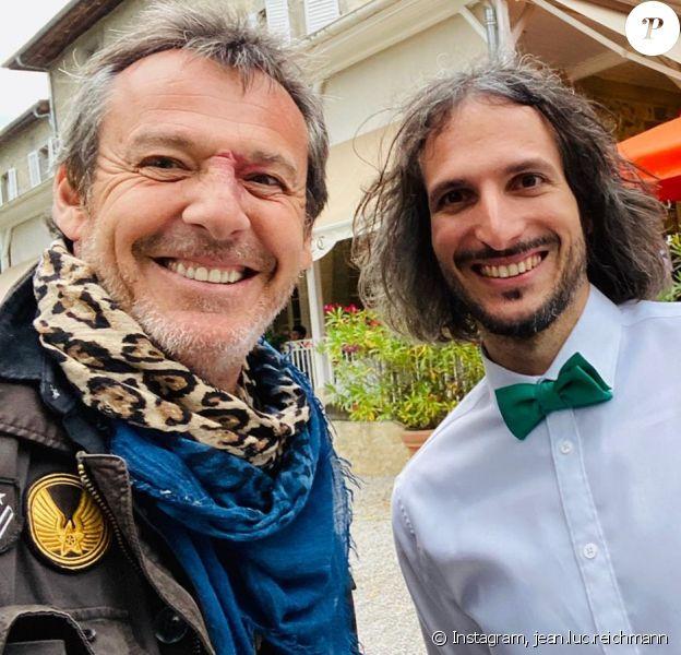 Jean-Luc Reichmann pose aux côtés de Xavier (ancien candidat des 12 coups de midi) le jour de son mariage le 18 juillet 2020.